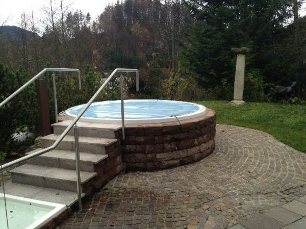 Design ideas-for-the-perfect-round - garden-with-a-jacuzzi