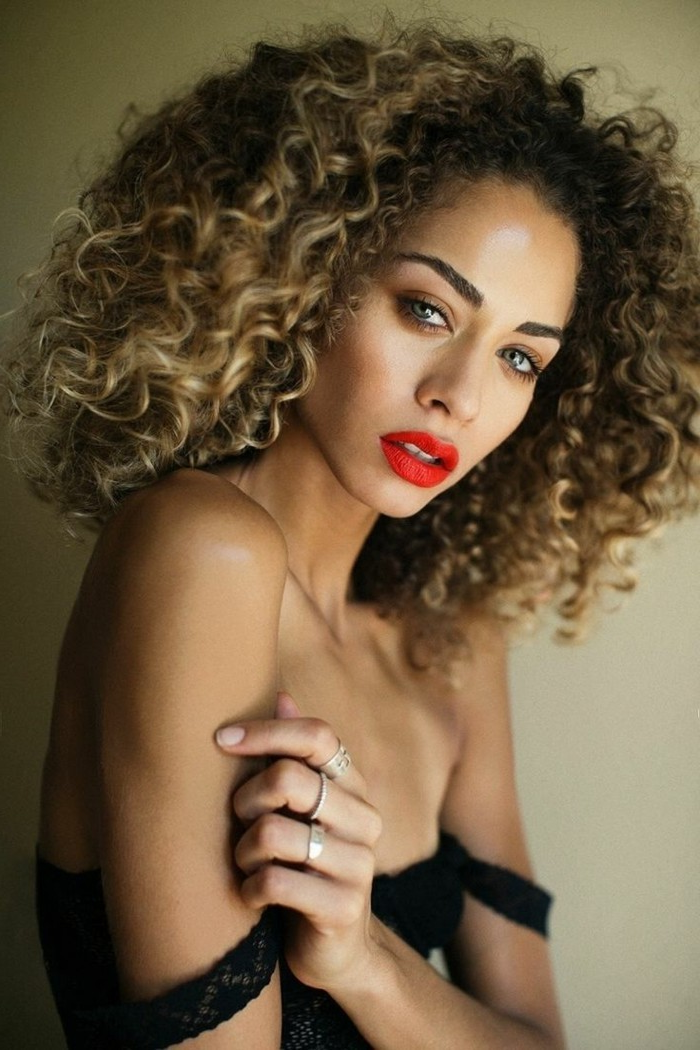 ombre blond great idea for curly hair red lipstick black dress blond brown model