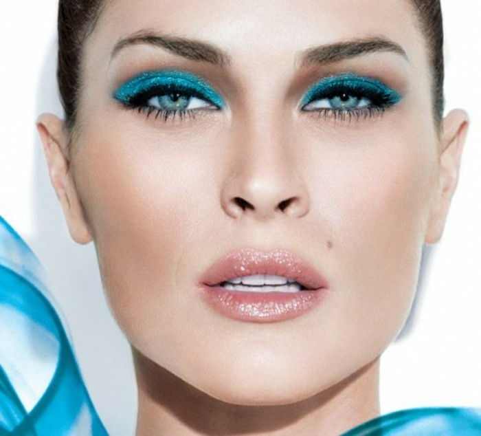 eye make-up manual-blue-eyeliner-Eiskoenigin look-with-light pink-lips-dark-haired Woman