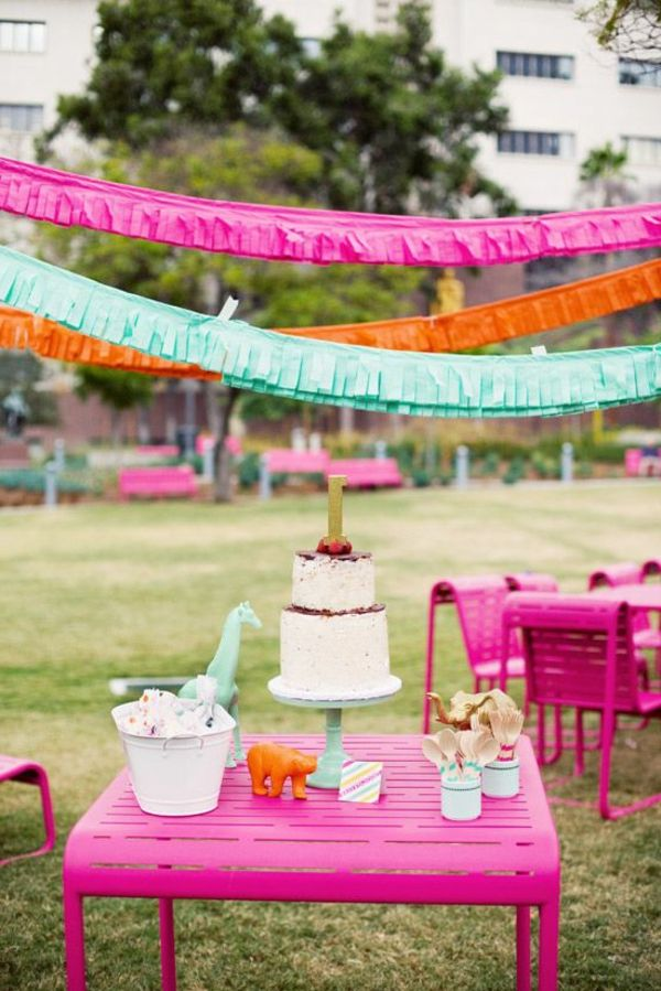 Gartendeko-ideas-for-a-fascinating-party-in-garden-table-in-pink