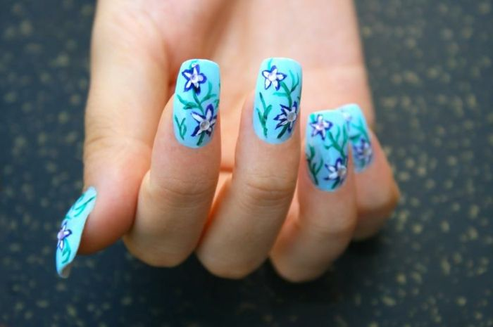 nageldesign-with-flower and blue main color-