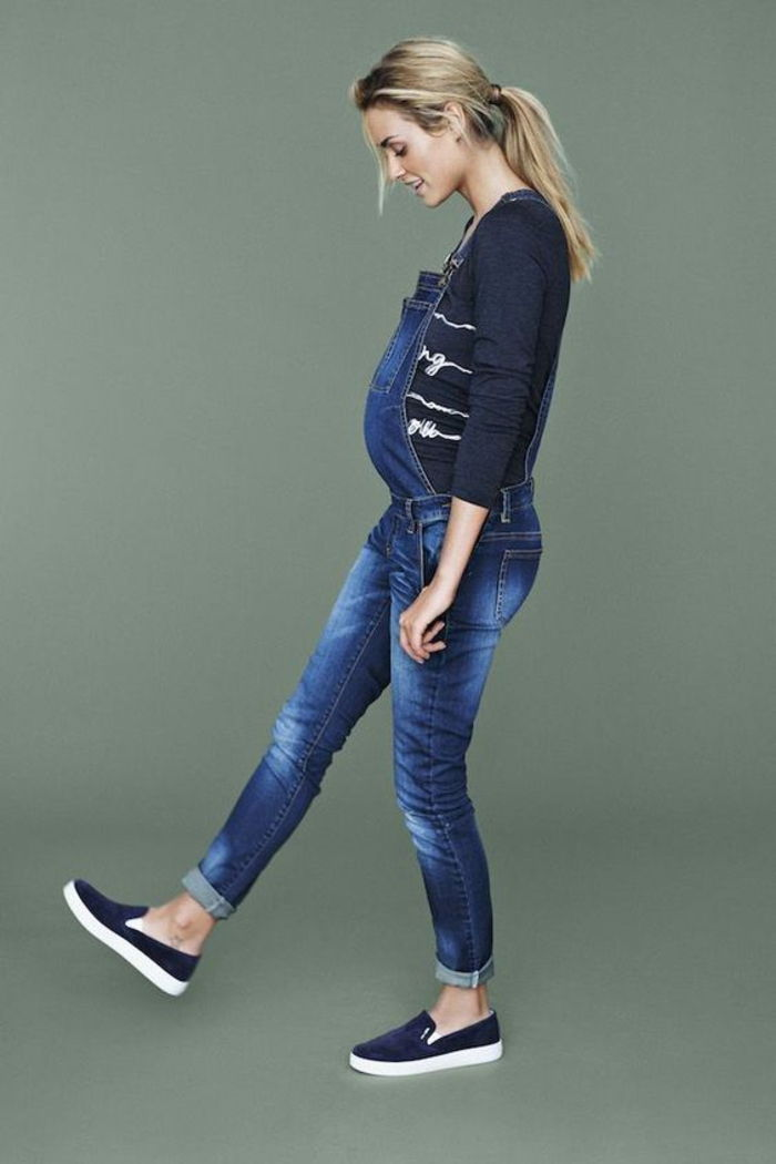 Maternity clothes, latzjeans, blouse and shoes in dark blue