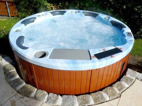 great ideas-for-the-design-of-a-perfect-garden-with-a, m-round-Jacuzzi